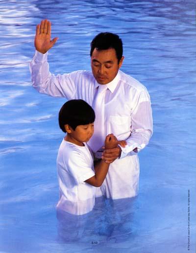 Die Taufe findet bei den Mormonen durch Untertauchen statt. Hier siehst Du einen Vater, der seinen Sohn taufen wird.